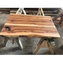 Exklusiv: Satin Walnut; Amberholz, Red Gum, Tischplatte, verleimt, astig, rustikal, 130x40x4,0cm, beidseitig Baumkante, geölt